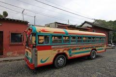 Autobús guatemalteco colorido típico del pollo en Antigua, Guatemala Imagen de archivo libre de regalías