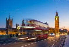 Autobús icónico del autobús de dos pisos con Big Ben y el parlamento en la hora azul, Londres, Reino Unido Foto de archivo