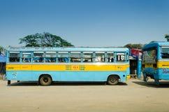 Autobús público colorido en Kolkata Imagen de archivo libre de regalías