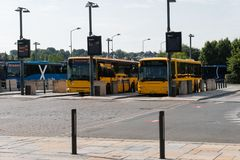 Autobús pubblic anaranjado en el término de autobuses en Vejle Dinamarca imágenes de archivo libres de regalías