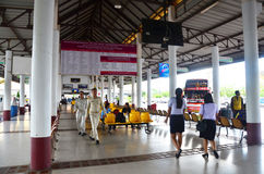 Autobús que espera de la gente tailandesa en el término de autobuses en Phattalung, Tailandia Fotografía de archivo