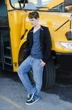 Autobús que espera del adolescente joven para a ir a casa Imagen de archivo libre de regalías