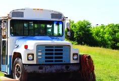 Autobús rústico en césped verde Foto de archivo libre de regalías