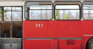 Autobús rojo abandonado viejo Imagen de archivo libre de regalías