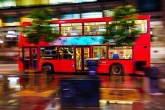 Autobús rojo del autobús de dos pisos en la falta de definición de movimiento en tráfico de la noche de Londres Imagenes de archivo