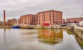 Autobús rojo en Albert Dock Liverpool Fotos de archivo libres de regalías