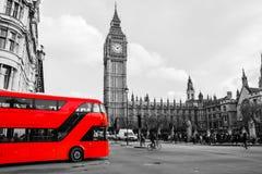 Autobús rojo en cuadrado del parlamento Fotografía de archivo libre de regalías