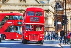 Autobús rojo icónico del autobús de dos pisos en Londres Fotografía de archivo libre de regalías