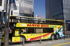 Autobús Tokio del cielo para el viaje alrededor de la ciudad de Tokio que para al viajero del waitk Imagen de archivo libre de regalías
