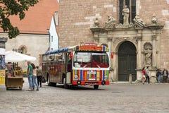 Autobús turístico cerca de la iglesia de San Pedro Riga, Latvia fotografía de archivo