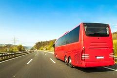 Autobús turístico en el camino de la autopista sin peaje del asfalto en día de primavera hermoso en c fotos de archivo libres de regalías