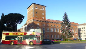 Autobús turístico en el cuadrado de Venecia en Roma, Italia metrajes
