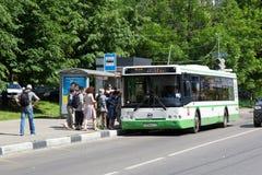 Autobús verde en la parada de autobús en la calle de la ciudad de Moscú foto de archivo