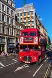 Autobús viejo del autobús de dos pisos del routemaster en Londres, Reino Unido Fotografía de archivo