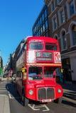 Autobús viejo del autobús de dos pisos del routemaster en Londres, Reino Unido Imagen de archivo libre de regalías