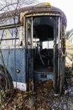 Autobús viejo en depósito de chatarra Imagenes de archivo