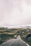 Autobús viejo que dispara a través de Noruega Fotos de archivo