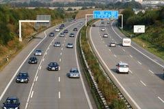 Autobahn alemán con la salida a Dresden imagen de archivo