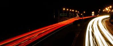 Autobahn-Ampel-Spuren, die nach Hause vorangehen Stockfoto