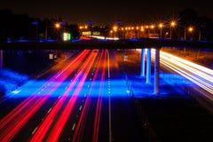 Autobahn-Ampel-Spuren, die nach Hause vorangehen Stockfotos