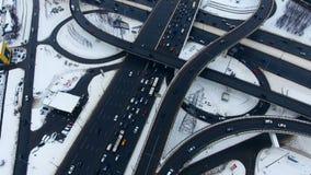 Autobahn-Austausch Übersteigen Sie hinunter Vogelperspektive des Verkehrs auf enormer Überführung stock video