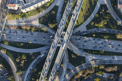 Autobahn-Austausch-im Stadtzentrum gelegene Los Angeles-Antenne Stockbild