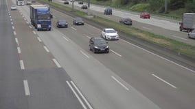 Autobahn de cuatro terminales cerca del aeropuerto de Francfort almacen de metraje de vídeo