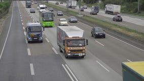 Autobahn de cuatro terminales cerca del aeropuerto de Francfort almacen de video