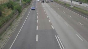 Autobahn de cuatro terminales cerca del aeropuerto de Francfort metrajes