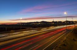 Autobahn an der Dämmerung stockbilder