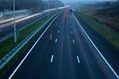 Autobahn an der Dämmerung Stockfotos