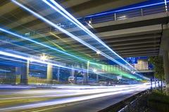 Autobahn in der Nacht mit Autos beleuchten in der modernen Stadt. Stockbild