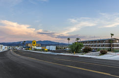 Autobahn an der Stadtgrenze auf Lake Havasu ins der Abend Lizenzfreie Stockfotografie