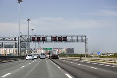 Autobahn E 105 in St Petersburg, variable Informationen der Anzeigetafel: 'Aufmerksamkeit, Höchstgeschwindigkeit ` stockbild