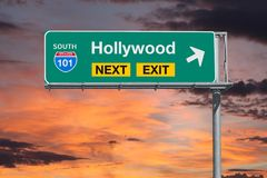 Autobahn-folgendes Ausgangs-Zeichen Hollywood-Weg-101 mit Sonnenuntergang-Himmel Stockbild