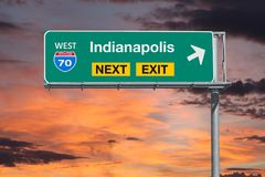 Autobahn-folgendes Ausgangs-Zeichen Indianapolis-Weg-70 mit Sonnenuntergang-Himmel Lizenzfreie Stockfotografie