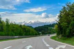 Autobahn lub autostrada w górach zdjęcie stock