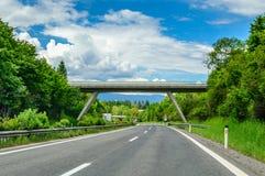 Autobahn lub autostrada z mostem w górach obraz royalty free