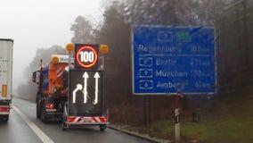 Autobahn 3 mit Hinweisschild stock afbeelding