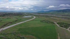 Autobahn unter grünen Feldern stock video