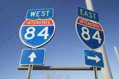 Autobahn unterzeichnet für Osten und Westen auf Autobahn 84 Stockbild
