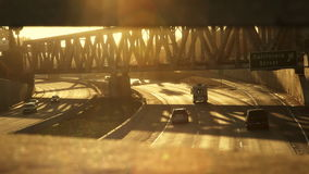 Autobahn-Verkehr bei Sonnenuntergang stock video