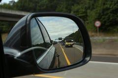 Autobahn w rearview lustrze fotografia stock