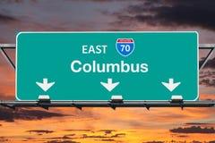 Autobahn-Zeichen Columbus 70 mit Sonnenuntergang-Himmel Stockbild