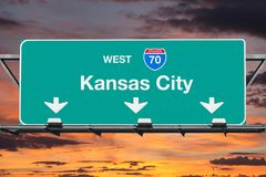 Autobahn-Zeichen Kansas Citys Missouri 70 mit Sonnenuntergang-Himmel Stockfoto