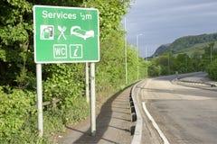 Autobahndienstleistungen unterzeichnen WC-Toilettenbrennstofftreibstoffmallshop-Restabschaltzeit ländliches Gebiet der Landschaft Lizenzfreies Stockfoto