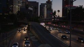 Autobahnverkehr in im Stadtzentrum gelegenem Los Angeles nachts Abend-Stoßverkehr 4K stock footage