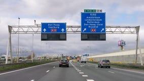 Autobahnverkehr und Weginformationen in den Niederlanden Stockbild
