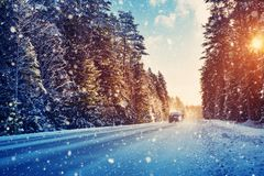 Autobanden op de winterweg Stock Foto's