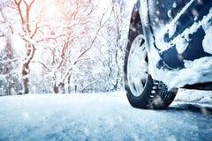 Autobanden op de winterweg Stock Foto